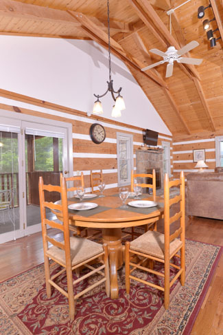 Pigeon Forge Cabin Rental Featuring a 4 person dinning room area