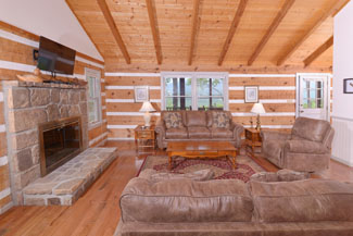 Pigeon Forge Cabin Rental with a living room area