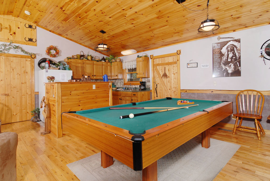 game of pool gatlinburg at cabins include tables chalets featuring pigeon rooms forge homes many tn fireside log