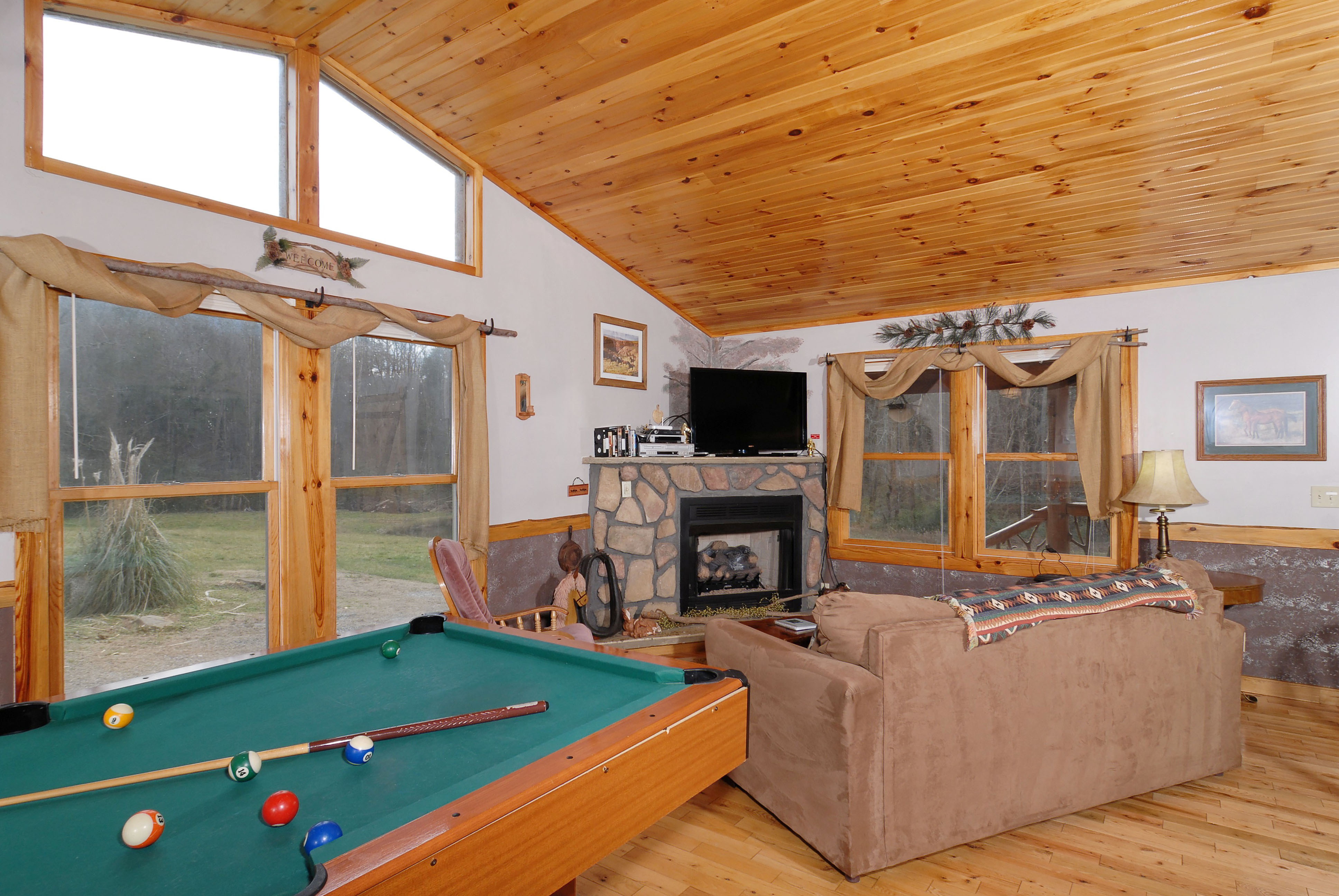 Pigeon Forge One Bedroom Cabin with a pool table that over looks the living room area