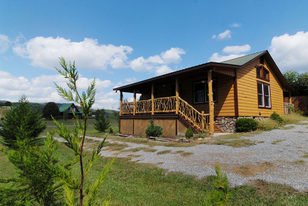 Pigeon Forge One Bedroom Cabin Rental with a Flat Yard with Plenty of Room and Peaceful Private Scenery
