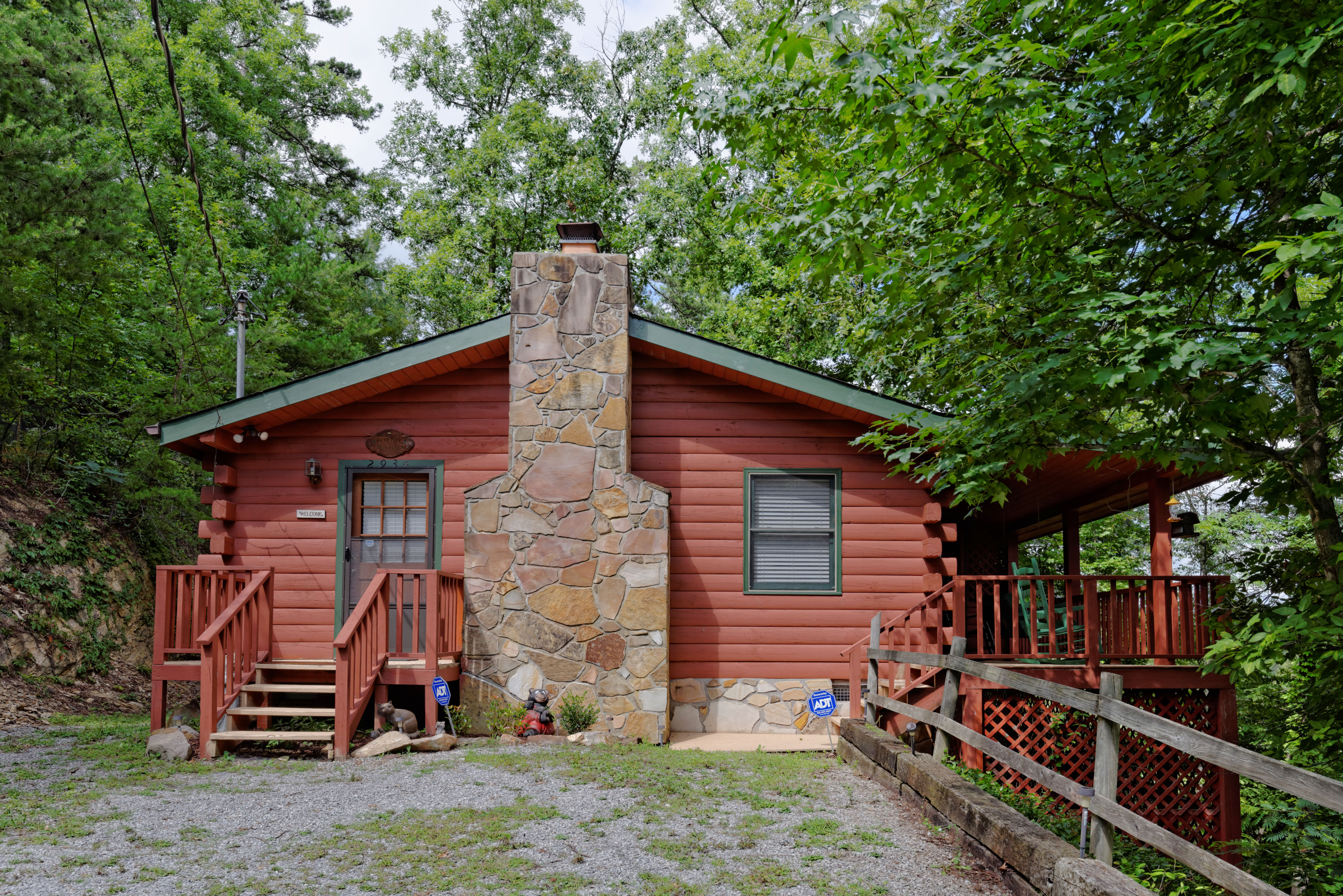Pigeon Forge-Walden's Creek Two Bedroom Two Bath featuring a hot tub
