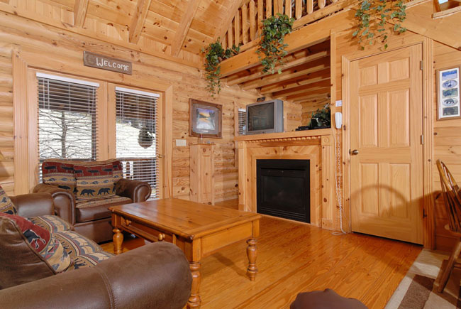 Pigeon Forge One Bedroom Plus Loft Cabin that features a cozy living room  and dinning area. A Bear s Pause   Smoky Mountain Ridge Cabin 133   Luxury 1 Bedroom