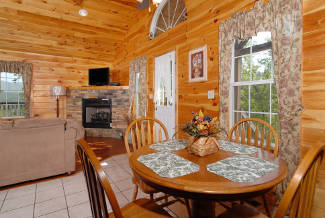 pigeon forge cabin that has a dining area to sleep 4