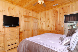 Pigeon Forge Cabin Lodge Bedroom