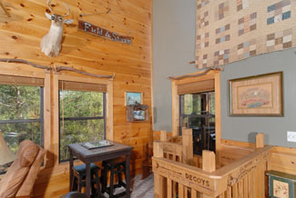 Pigeon Forge Cabin with a seating area for chess