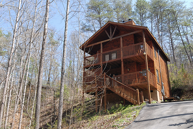 Pigeon Forge One Bedroom Pet Friendly Cabin Rental with Seasonal Outdoor Swimming Pool Access, Great for a small family close to the main parkway of Pigeon Forge and area attractions