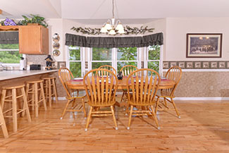 Pigeon Forge Cabin Rental Dinning Area for 9