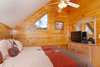 Pigeon Forge Three Bedroom Cabin with an upper level bedroom