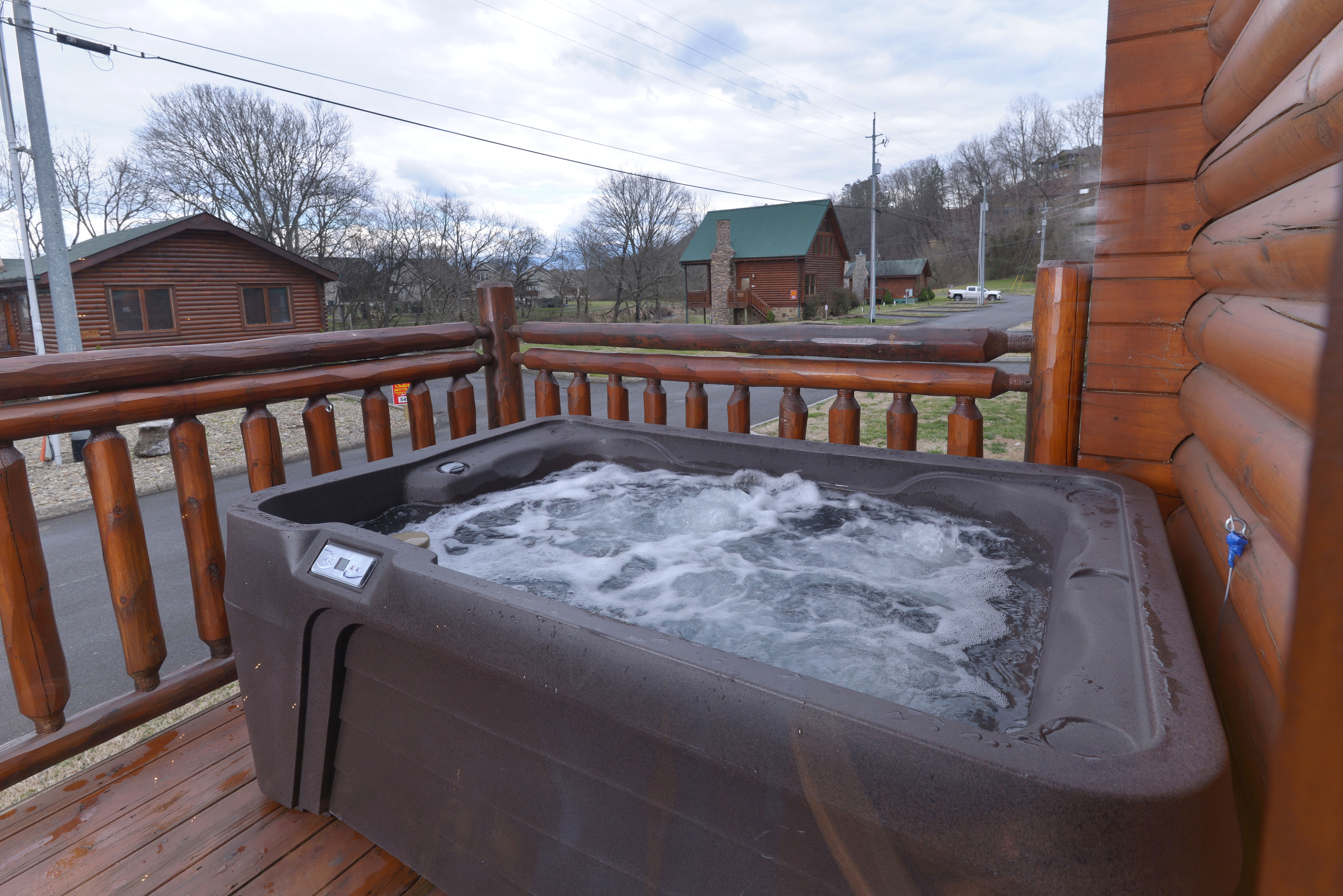 Pigeon forge one bedroom log cabin rental convenient to for Pigeon forge cabins with hot tub