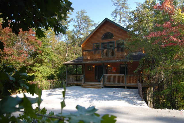 Cabin with woods that surround it, convenient to a seasonal outdoor swimming pool and attractions of town