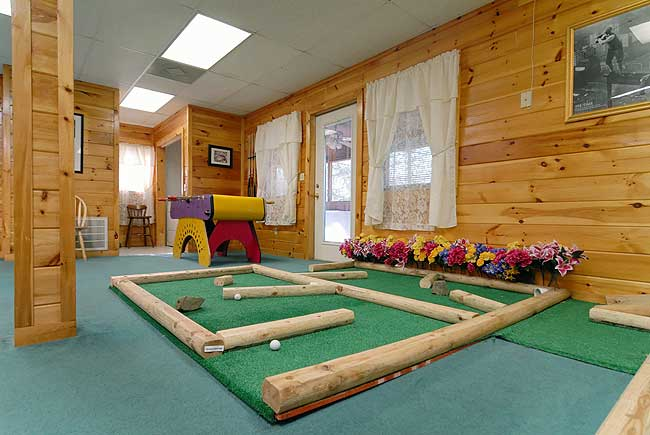 Caddyshack Lodge - 6 Bedroom Cabin with hot tub and game room