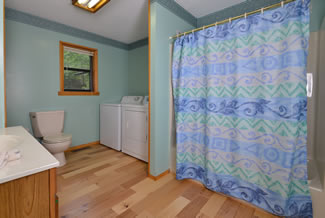 Pigeon Forge Cabin Rental that features Large Bathroom