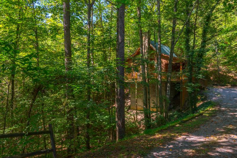 Pigeon forge one bedroom plus loft cabin rental whirlpool for Smoky mountain cabins with fishing ponds