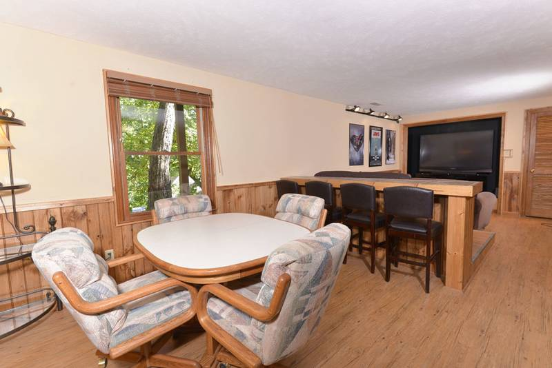 Pigeon Forge Cabin Rental with a Movie Theater and also a card table
