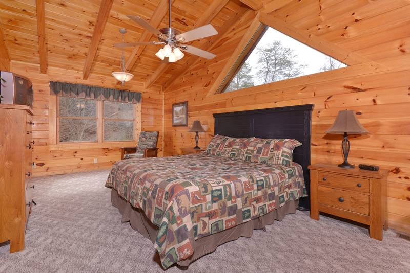 One bedroom Cabin Rental that features a King Size Bed in the Master Suite