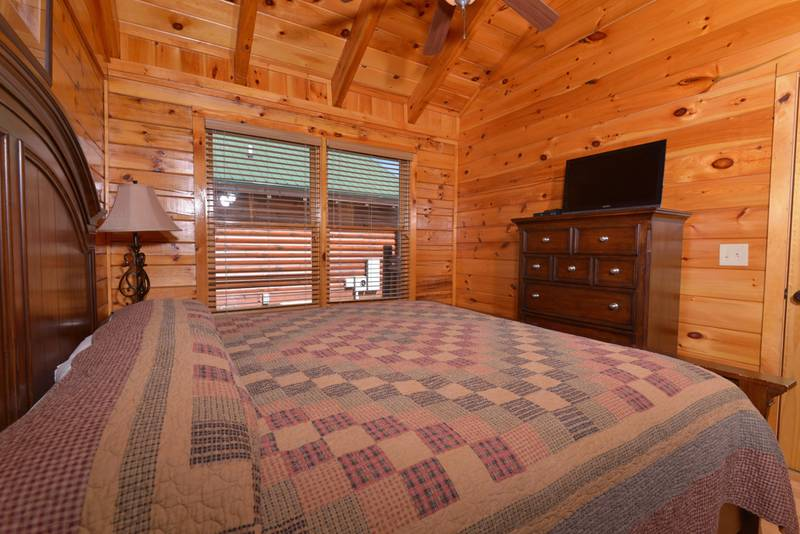 Pigeon Forge Honeymoon Cabin Rental that features a King Size Bed and Whirlpool