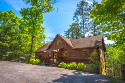 """Beautiful Pigeon Forge Three Bedroom Chalet Rental-Has it all for """"A Beary Good Time"""""""